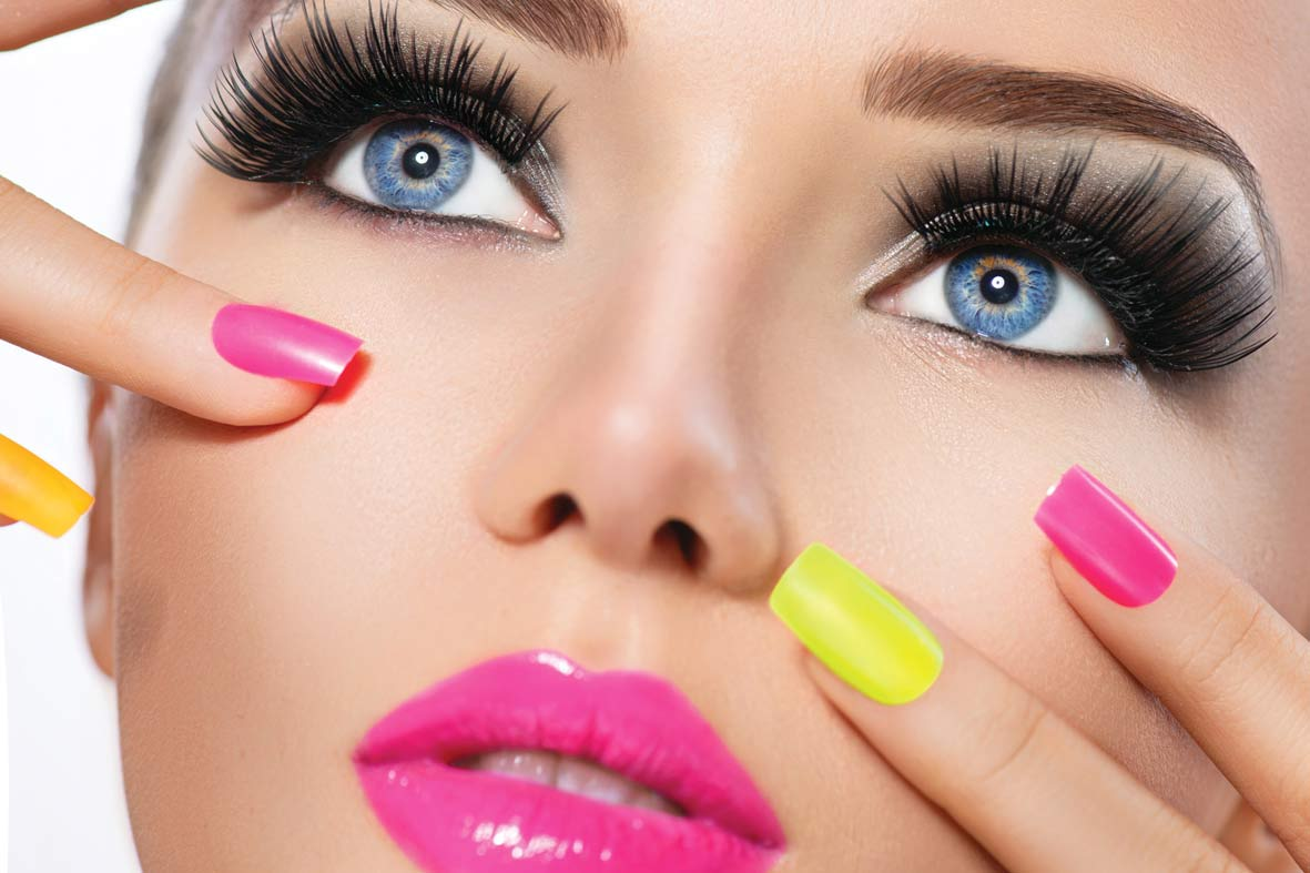 portrait-mannequin-maquillage-brillant-ongles-colores